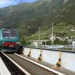 Treno sul passaggio a livello di Tresenda